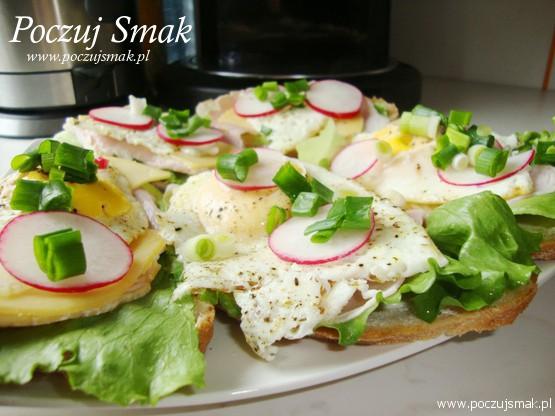 kanapka z jajkiem i salata